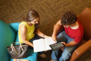 Schüler arbeiten außerhalb des Klassenraums
