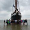 Gruppenfoto mit Schiff.